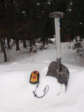 Pelle et ARVA (Appareil de Recherche de Victime d'Avalanche)