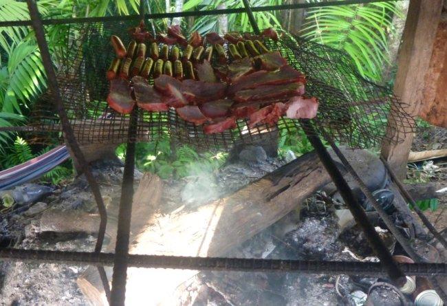 Fumage de la viande sur le feu de bois