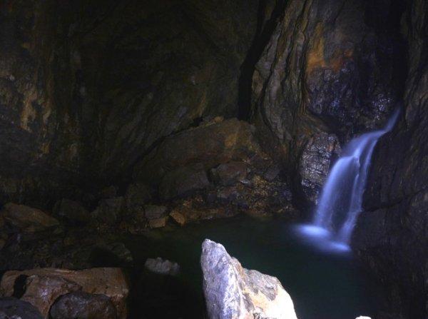 Une cascade souterraine, à -1000 mètres de profondeur