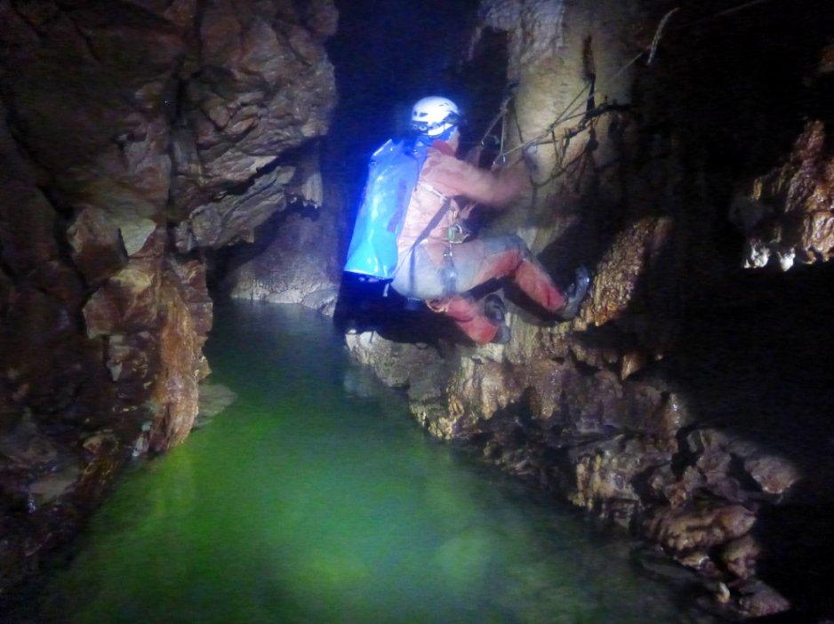 Passage d'une vire au dessus de l'eau, dans le Gouffre Berger